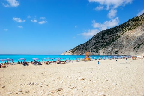 Myrtos: People relaxing on Myrtos beach