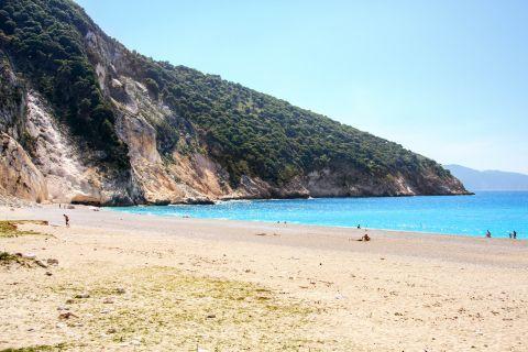 Myrtos: Cliffs with lush vegetation