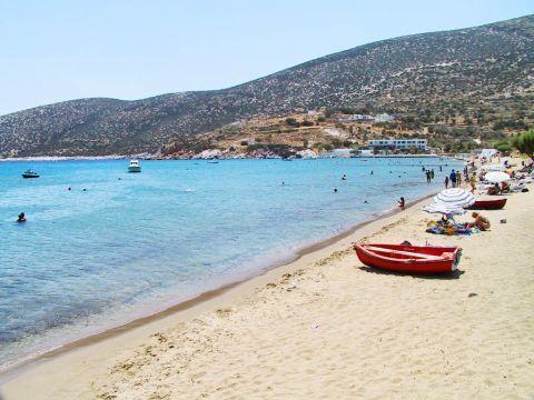 Platys Gialos: Hills surround Platis Gialos beach