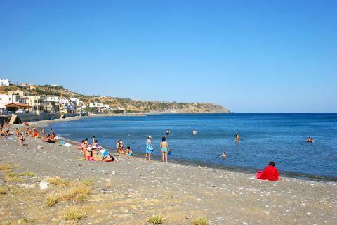 Tsoutsouros: People relaxing on Tsoutsouros beach