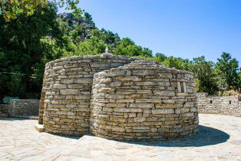 Anogia: Agios Iakinthos church.