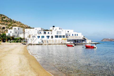 Mylopotas: Taverns on the beachfront of Mylopotas bay.