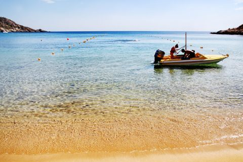 Mylopotas: Crystal clear waters and sandy shore. Mylopotas beach, Ios.