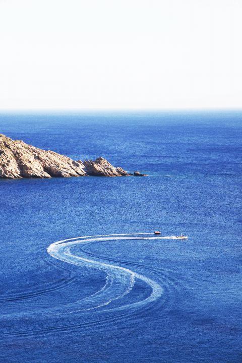 Mylopotas: Amazing blue waters. Sea view from Mylopotas, Ios.