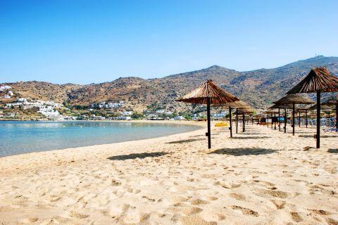 Mylopotas: Soft sand and some umbrellas. A wonderful spot on Mylopotas beach.